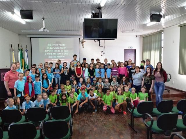 Câmara recebe visita de alunos do ensino fundamental.